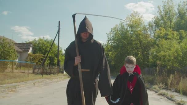 Gruselige Familie trickst oder behandelt an Halloween