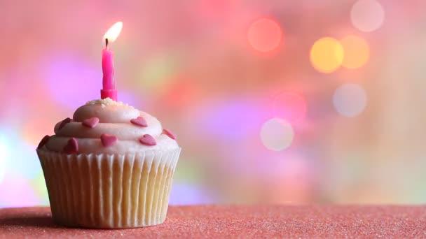 Narozeniny cupcake a svíčka na konceptu strany barevné rozostřeného pozadí