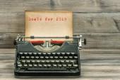Starožitný psací stroj s výstřední kniha o dřevěné pozadí. Cíle pro 2019. Obchodní koncept. Selektivní fokus