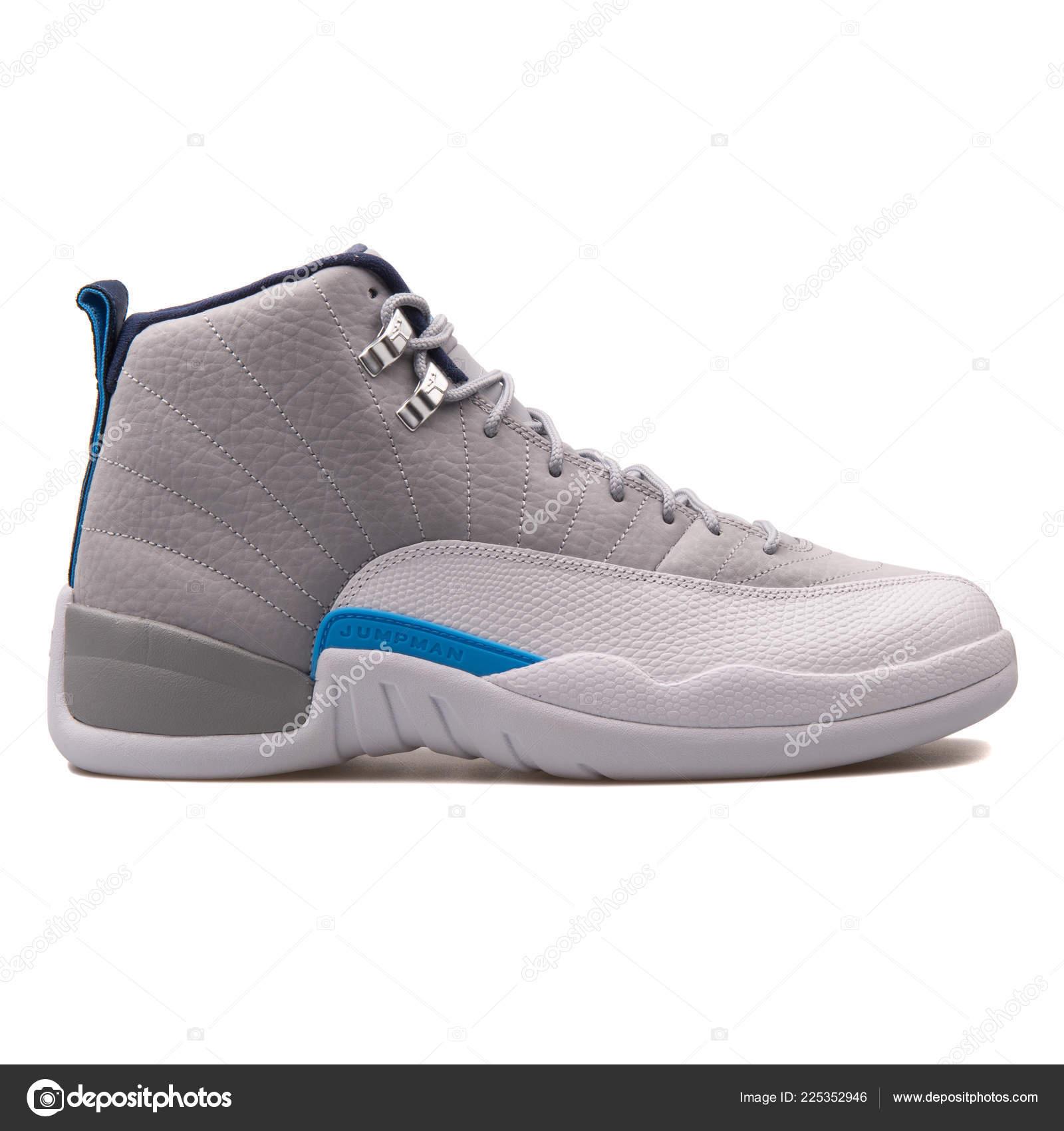 premium selection 7e3a3 370c4 Wien, Österreich - 14. Juni 2017  Nike Air Jordan 12 Retro grau, weiße und  blaue Sneaker isoliert auf weißem Hintergrund — Foto von ...