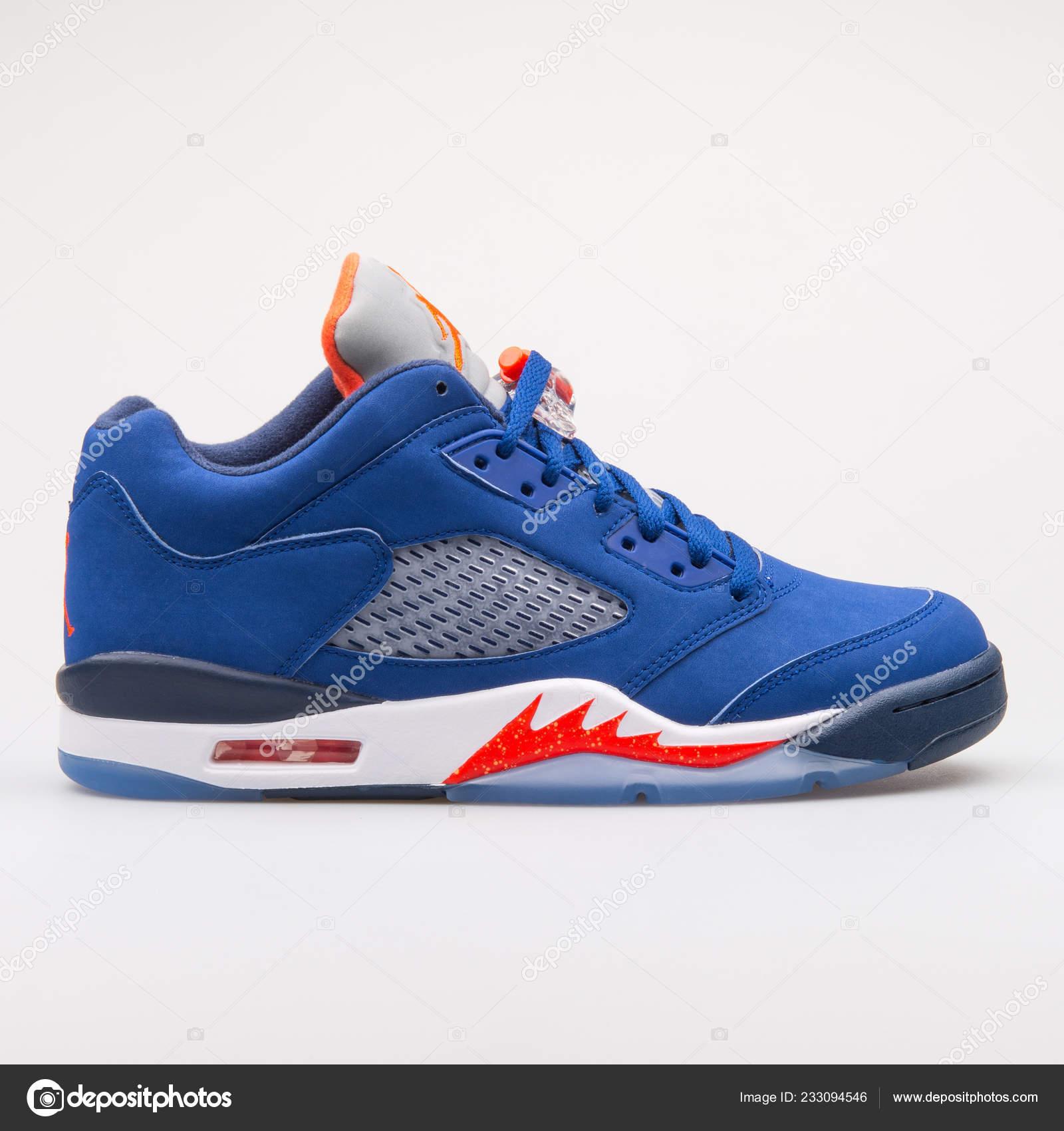 timeless design e7d09 b67b1 Wien, Österreich - 14. Juni 2017  Nike Air Jordan 5 Retro Low Knicks blaue  Sneaker auf grauem Hintergrund isoliert — Foto von xMarshallfilms