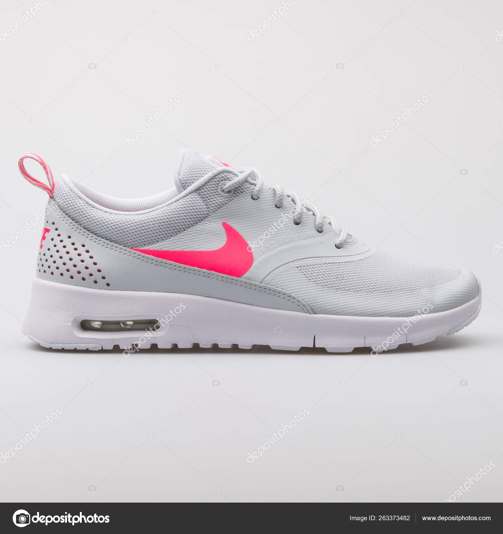 maravilloso Donación catalogar  Nike Air Max Thea grey and pink sneaker – Stock Editorial Photo ©  xMarshallfilms #263373482