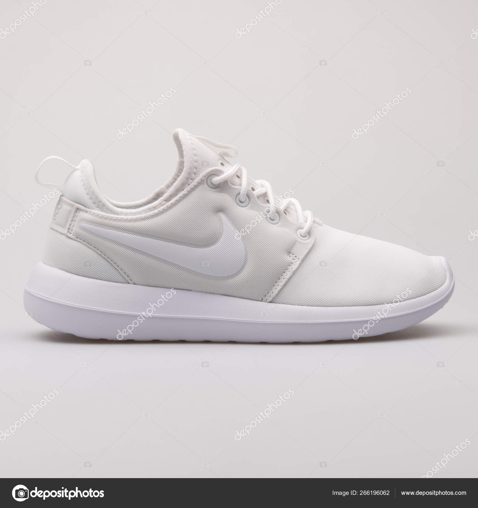 Nacarado surco Guiño  Nike Roshe Two white sneaker – Stock Editorial Photo © xMarshallfilms  #266196062