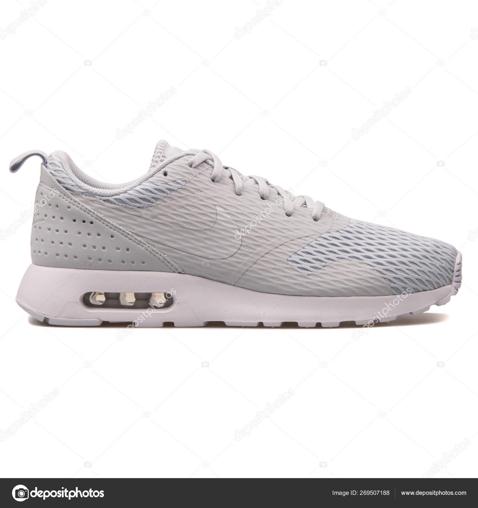 Zapatillas Nike Air Max Tavas Se gris — Foto editorial de