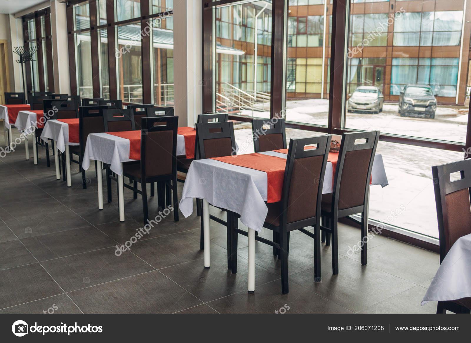 Exceptionnel Salle Manger Tables Chaises Dans Restaurant Grandes Fenêtres Intérieur  Lumière U2014 Photo