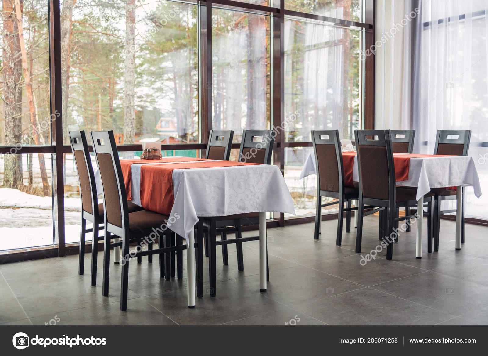 Tavoli Da Pranzo Grandi.Tavoli Pranzo Sedie Del Ristorante Grandi Finestre Luce Interiore