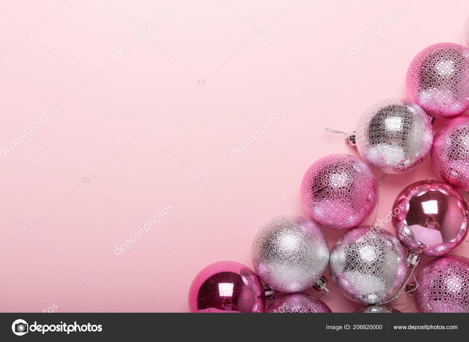 Weihnachtskugeln Pink.Pink Und Silber Weihnachtskugeln Auf Ein Papierhintergrund Ansicht