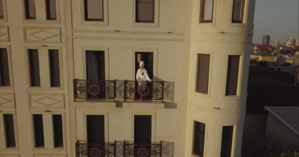 Szexi lány fehérnemű áll az erkélyen a szálloda