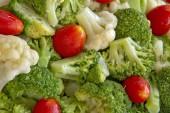 Closeup z brokolice a rajčatového salátu