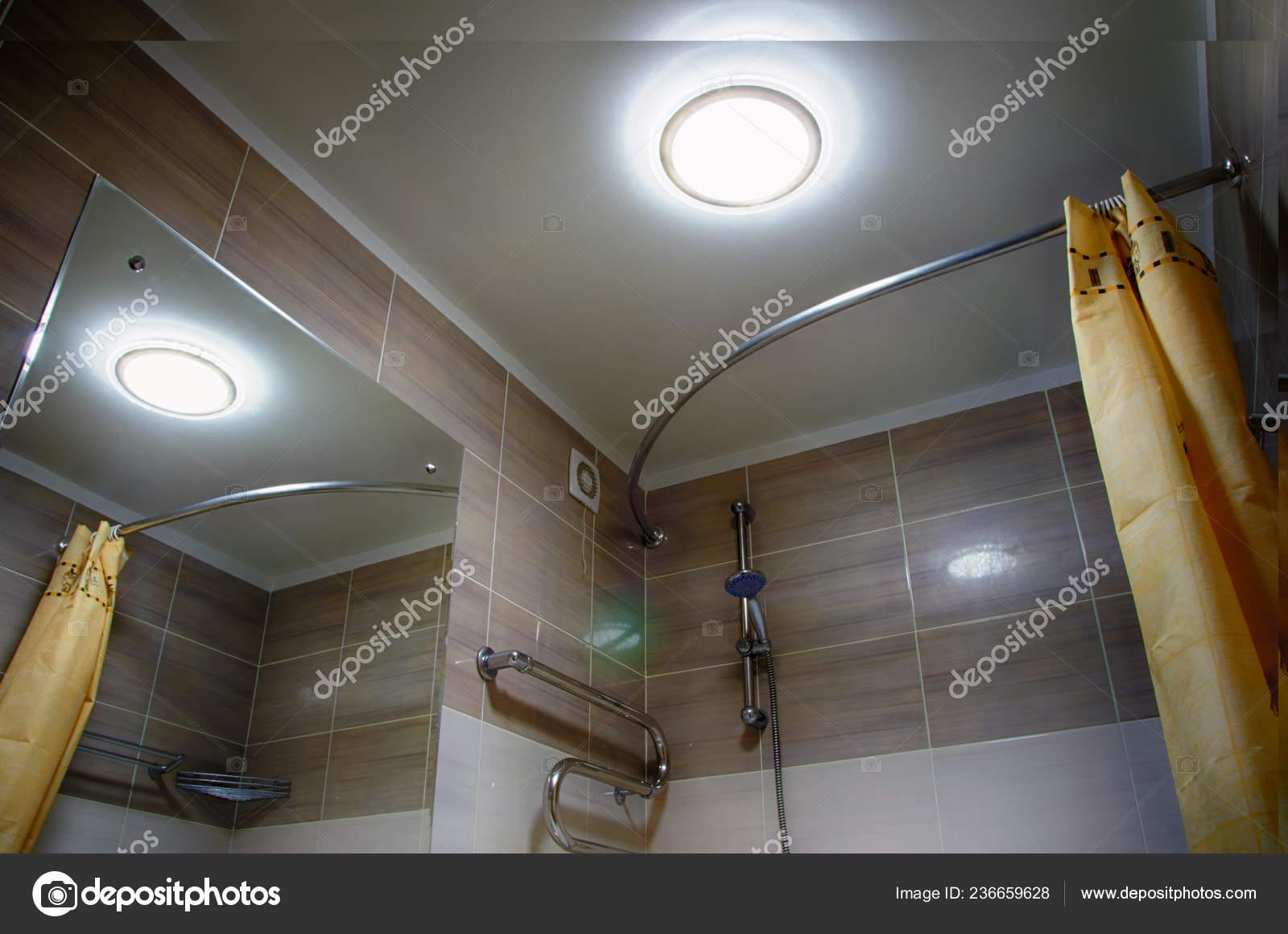 Interno del bagno morbida illuminazione soffitto con lampada