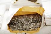 Fotografie Suchý laminaria v otevřené papíru pack připraven zpracovat a vařené
