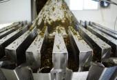 Salát z mořských řas ve směsi s mrkví, koření a oleje, které jsou zpracovávány ve speciálním stroji