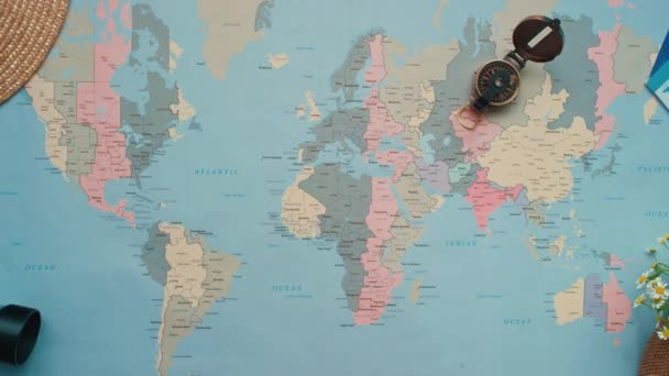 Zvětšit pohled shora plochý ležel záběr ženských rukou na mapě světa vybrat místa k návštěvě