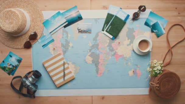 Horizontální bodnutí shora z koncepční roviny ležely záběry letícího papírového letadla s mapou světa a cestovními objekty v pozadí
