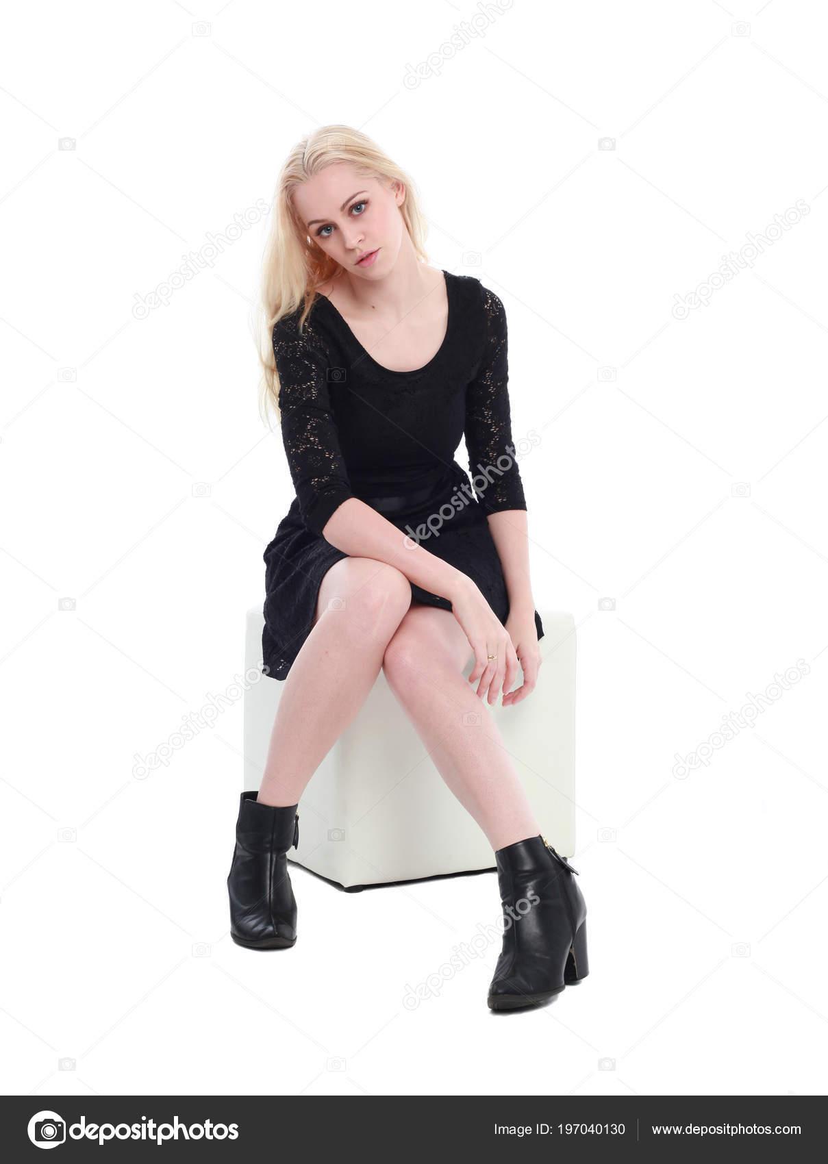 Vestido de encaje negro con fondo blanco