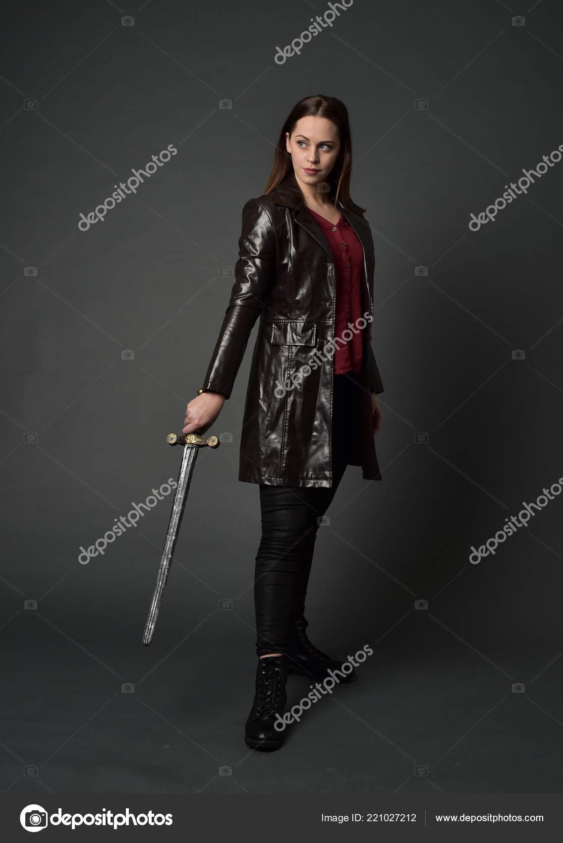 a6d09adc7a16 Ολόσωμο πορτρέτο μελαχρινή κοπέλα φορώντας κόκκινο δέρμα μεγάλη υποδοχή.  όρθια στάση