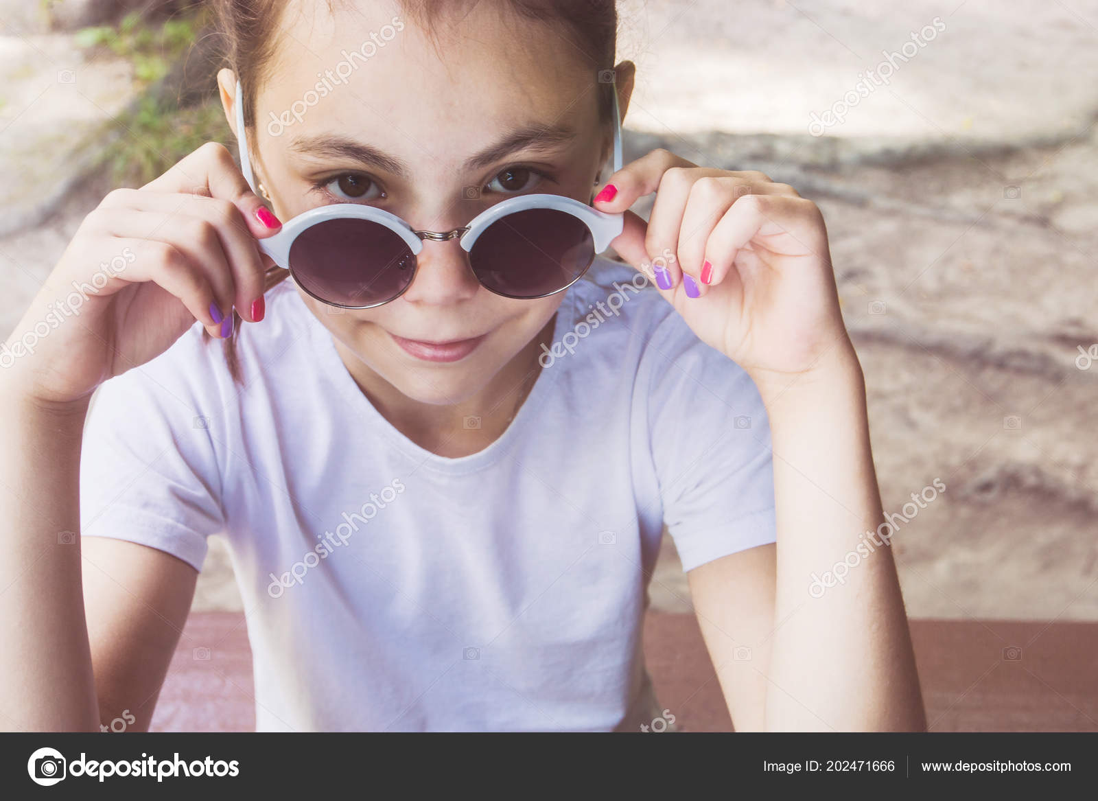 c2eccf72e5 Bonne Petite Fille Avec Des Lunettes Soleil Assis — Photographie ...
