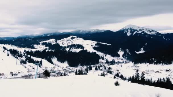 Úžasné krajiny, kdy ráno znovu v horském sněhu zahrnuty ukrajinské vesnice