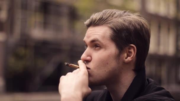 Dating app per fumatori erbaccia