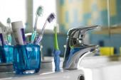 Fotografie Familie Zahnbürsten im Badezimmer, mit zwei normale und ein Tier geformte Kinder-Zahnbürste
