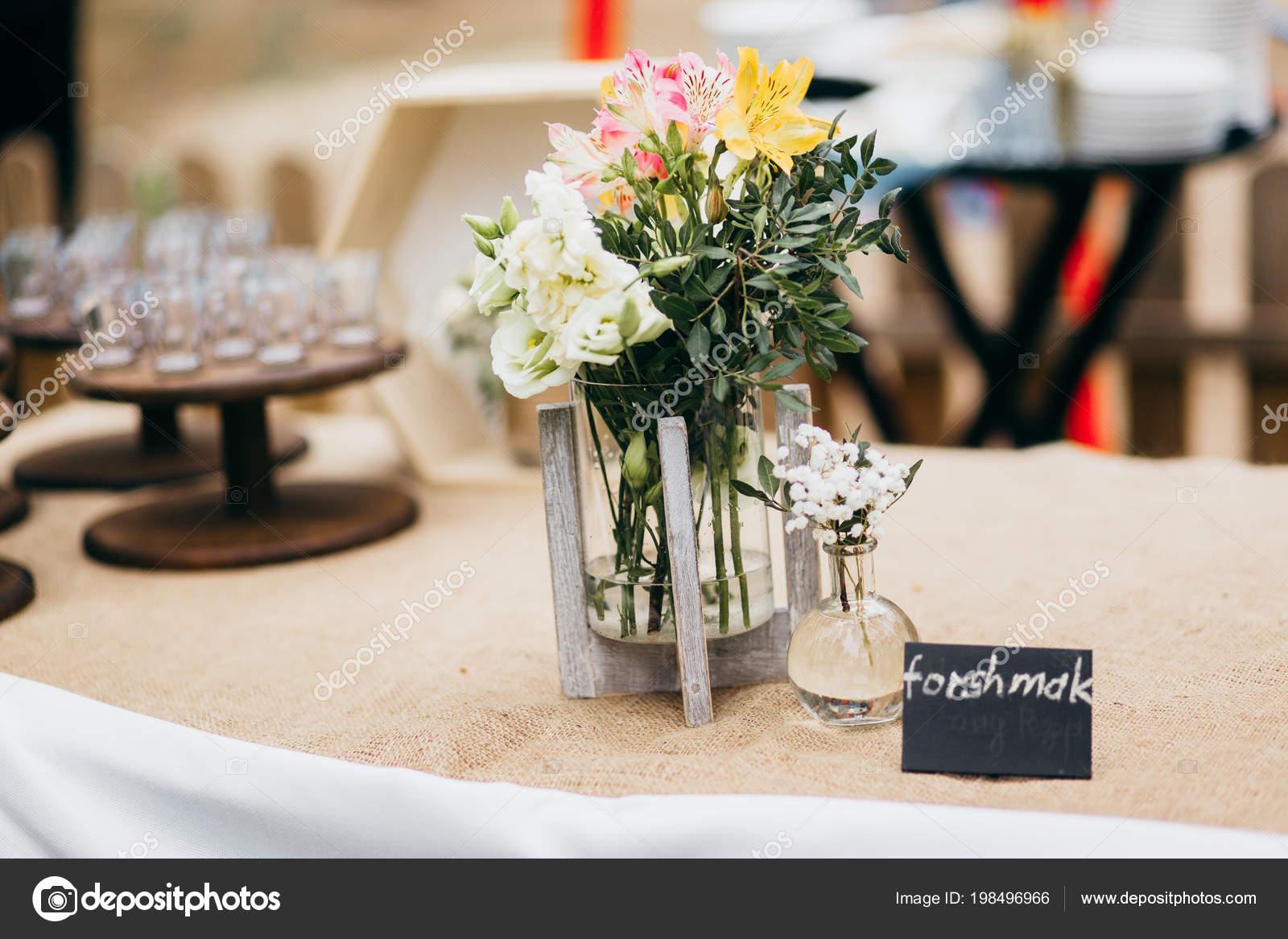 Schonen Tag Hochzeitsdekoration Tisch Mit Blumen Stockfoto