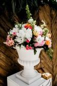 krásný svatební den dekorace s květinami