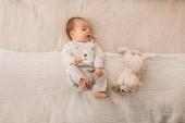 niedliche kleine neugeborene Junge