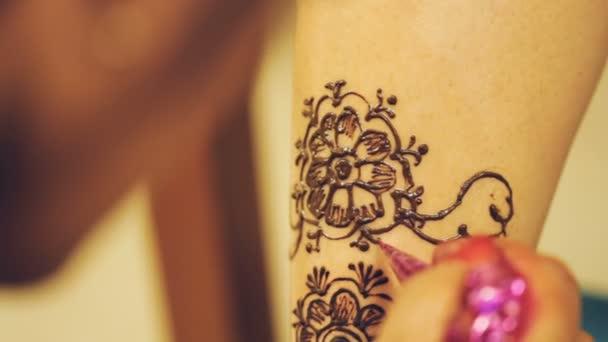 Láb, lábszár indiai menyasszony indiai esküvő napján a tetoválás minta festés Henna művész (Mehndi)