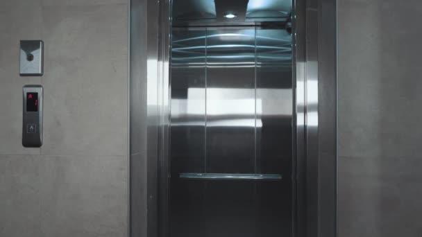 Dveře výtahu otevřeny. Otevřít dveře je výtah. Kovové dveře se hladce otevírají a těsní. Stříbrný nový výtah na 1NP 4k video.