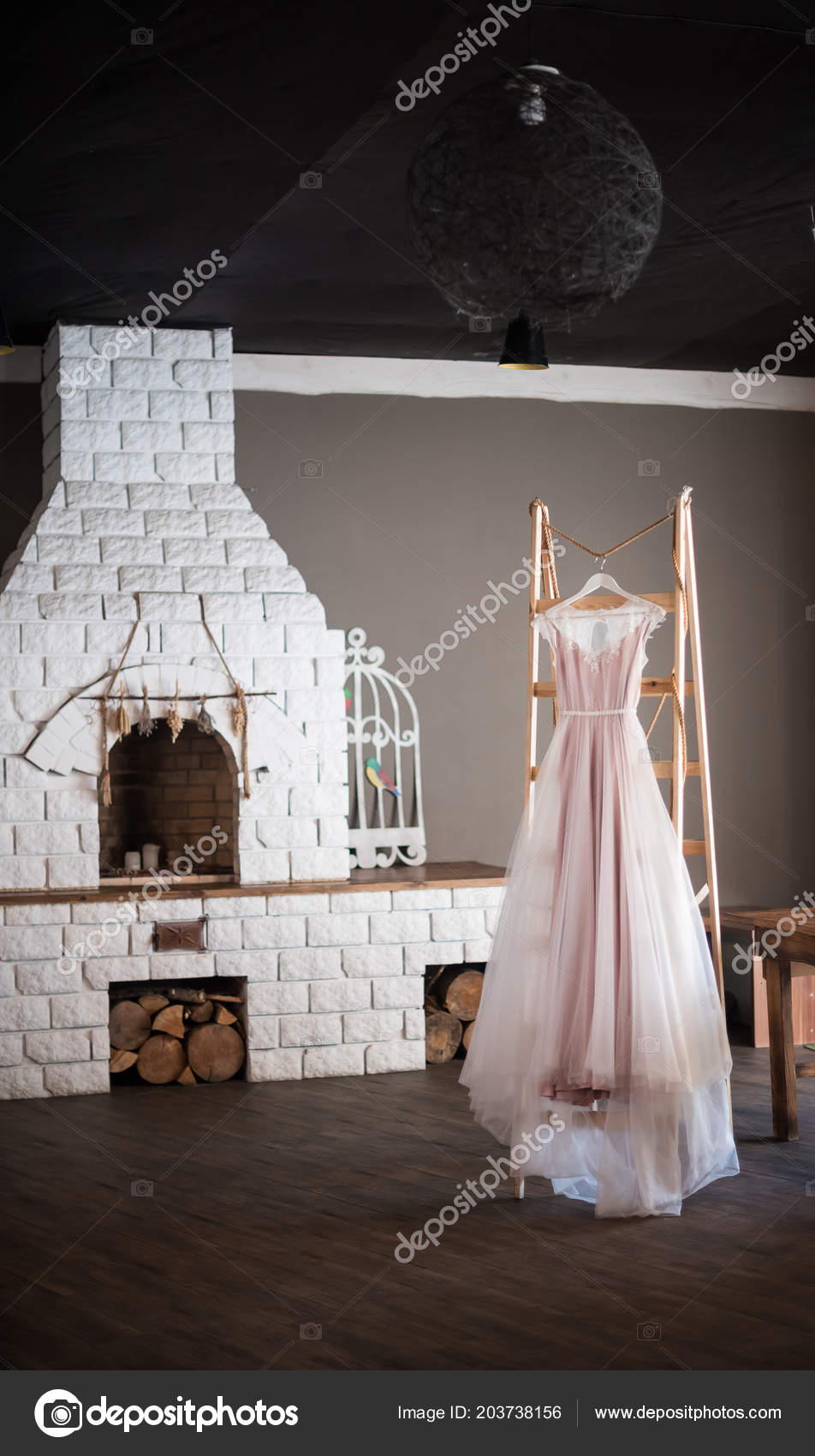 0bdbb4a28b52 Brudklänning med spets och en slinga i en lantlig inredning. Morgonen den  bruden i den lantligt hus — Foto av ...