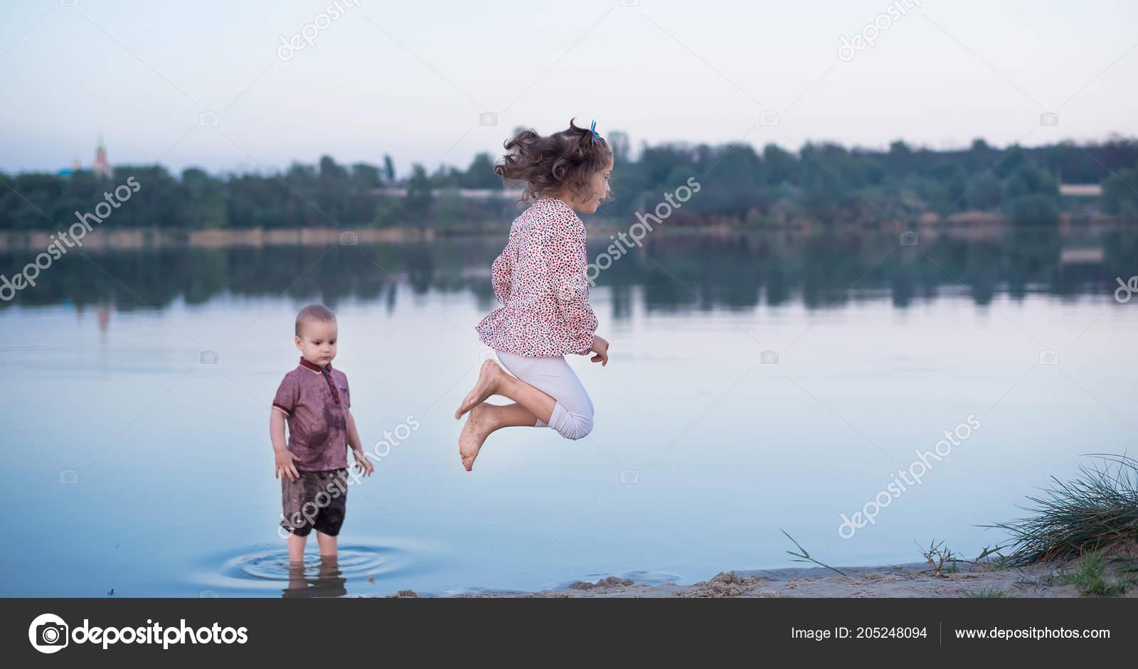 Пригает на брате, Сестра со сломанной рукой скачет на большом члене брата 17 фотография
