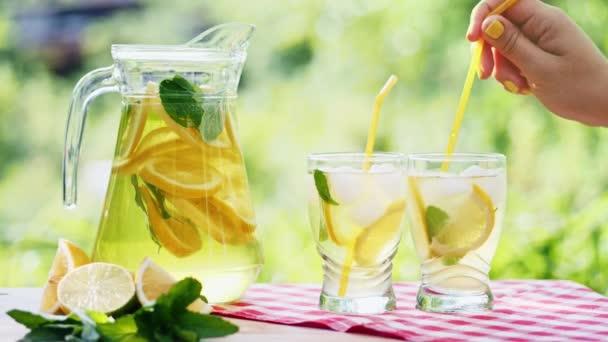A jég, a narancs és a lime szelet egy pohár limonádé