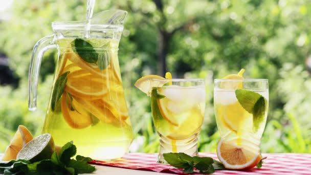 Limonáda s ledem, oranžové a vápno plátky ve sklenici