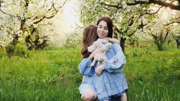 matka a dítě jsou objímání a baví venkovní v přírodě