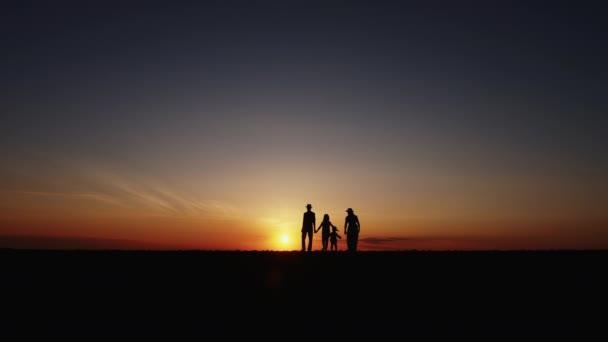 Pomalý pohyb silueta v západu slunce šťastné rodinné procházky
