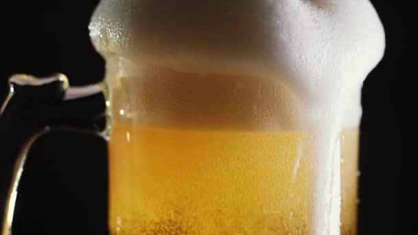 Pivo se nalije do hrnku v baru. Detail