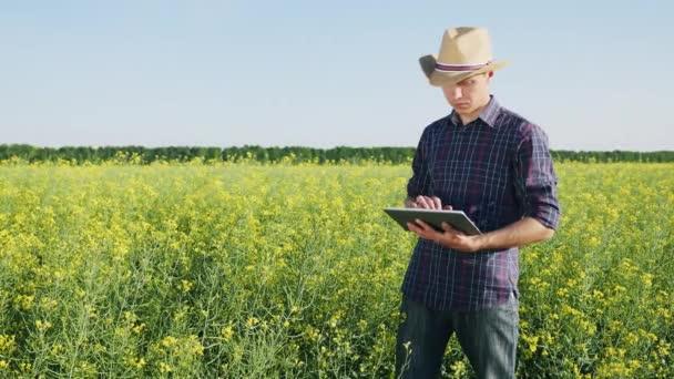 Mladý zemědělec využívá digitální tablet