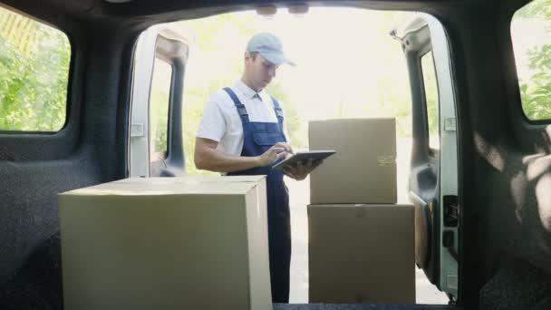 Courier používají digitální tablet stojí vedle van
