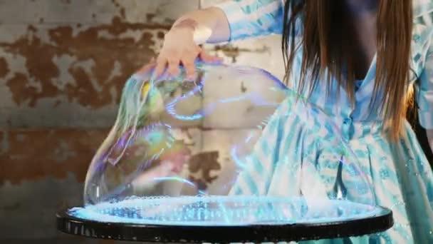 Női előadó szappanbuborékok bűvész show
