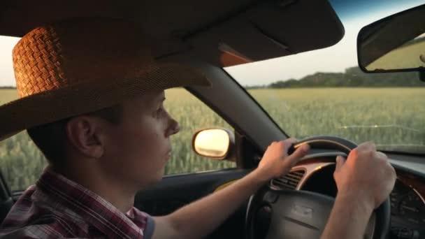 Landwirt fährt mit Auto durchs Feld