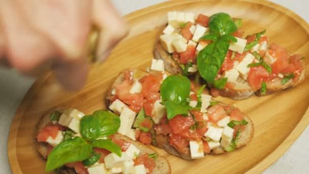 Bruschetta s rajčaty, bazalkou a sýrem