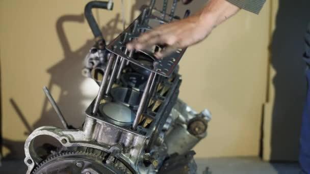 Mechanik vloží těsnění motoru