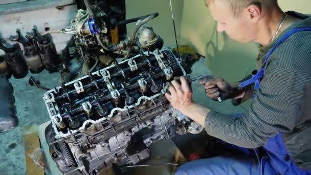Oprava staré auto motor v servisní dílně