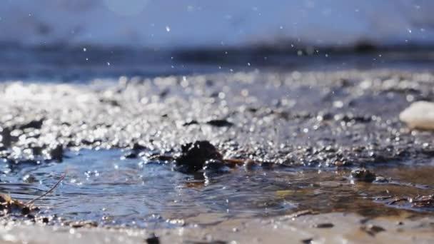 Colpo di movimento lento di acqua che gocciola in Pozza