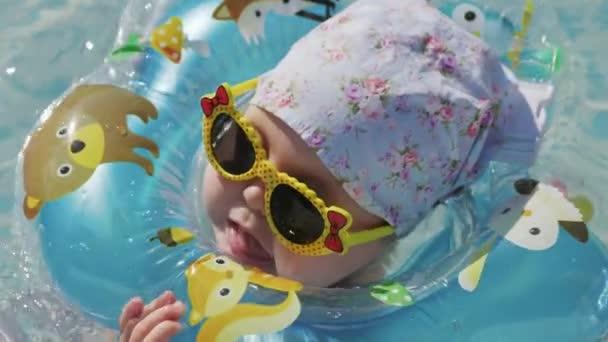 Babyschwimmen Sie mit Schwimmen Halsreif