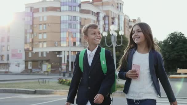 Školní děti jsou procházky po náměstí