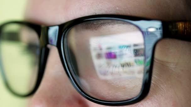 Žena v brýlích, při pohledu na monitor a procházení Internetu
