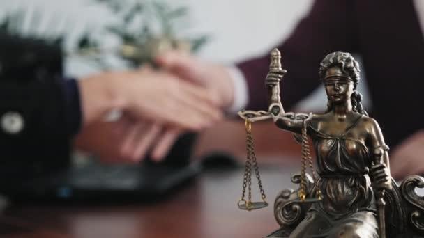 Statuette der Dame Gerechtigkeit in Großaufnahme auf dem Tisch