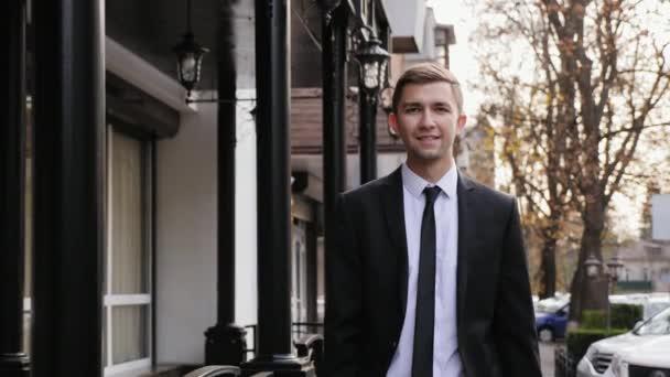 Sikeres fiatal üzletember séta legyőz a utca