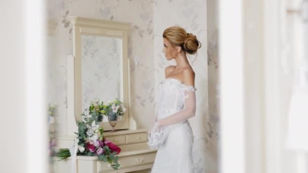 Dokonalá nevěsta stojící vedle zrcadla